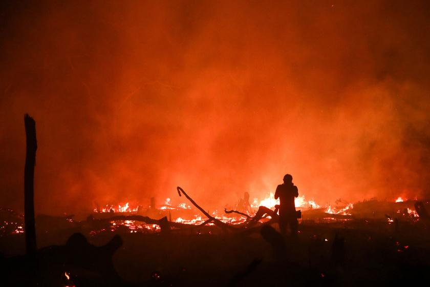 Lángok pusztítják a növényzetet az Amazonas-medencében, a brazíliai Rondonia szövetségi államban lévő Porto Velho közelében 2019. szeptember 9-én.