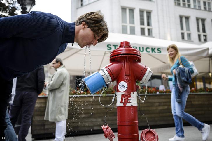 Tűzcsapra szerelt ivókút Budapesten a Deák Ferenc téren