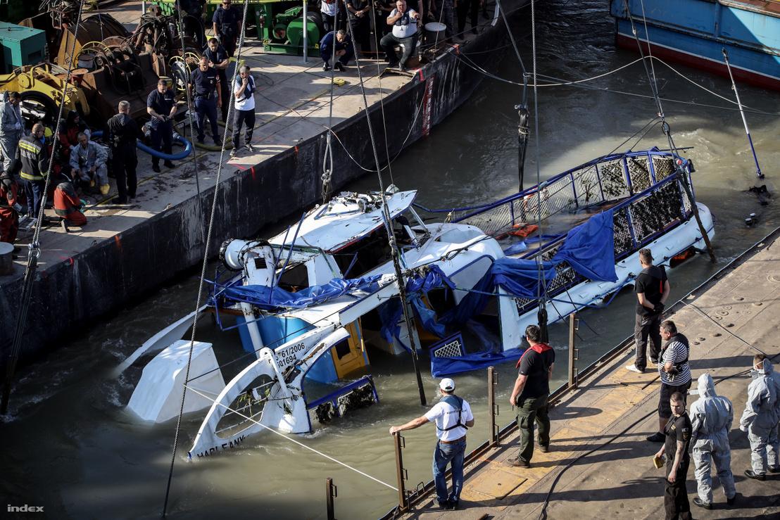 A Hableány roncsának kiemelése a Margit hídnál, 2019. június 11-én
