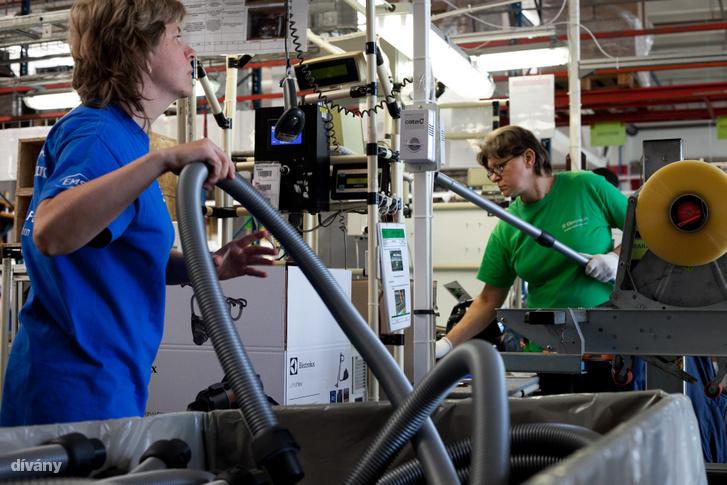 Dolgozók a jászberényi Electrolux gyárban