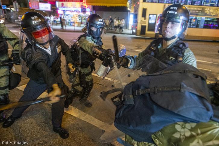 Rohamrendőrök oszlatják a rendőri túlkapások elleni tüntetést Hongkong belvárosában