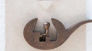 Seress Rezső pipában ülve wifizik az új Kolodko-szobron