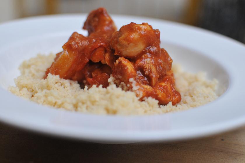 Marokkói mézes-paradicsomos csirke: 5 perc munka van csak vele