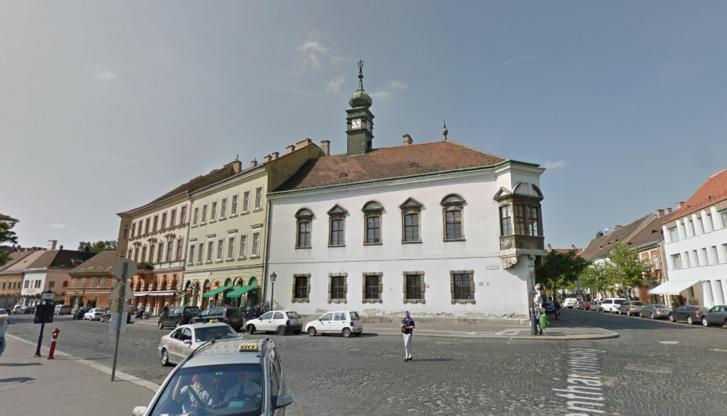 Mátyás-templommal szemben álló régi budai városháza, Matolcsy doktori iskolájának épülete