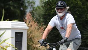 Kurt Russel mikulásként bringázik Portland utcáin