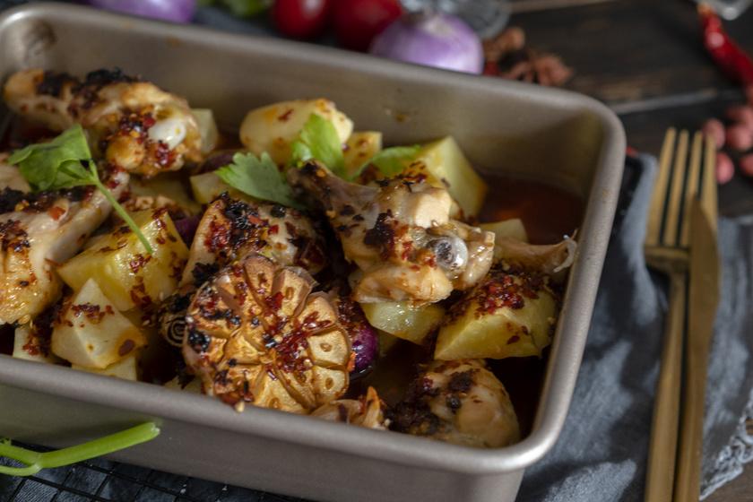 Krumplival sült, fűszeres tepsis csirke: ebben pácold a húst, és isteni lesz