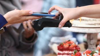 Többször fizetnek a mobiljukkal az iphone-osok, mint az androidosok