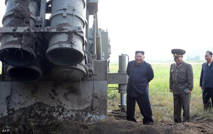 Kim Dzsongun a keddi nagy méretű rakéta-sorozatvető tesztelésén