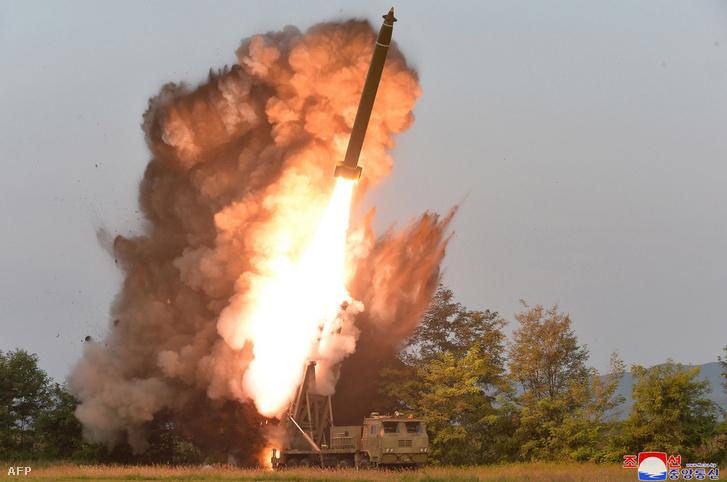 Nagy méretű sorozatvető rakéta tesztkilövése
