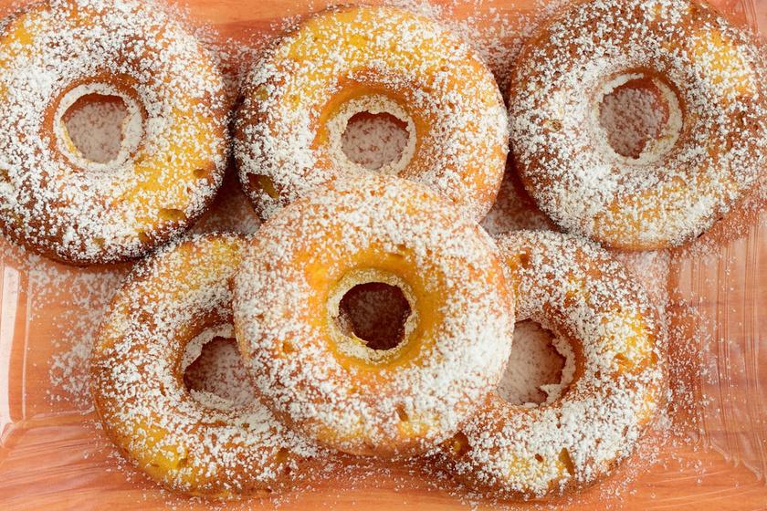 Édesburgonyafánk fahéjas cukorba forgatva: különleges és látványos finomság