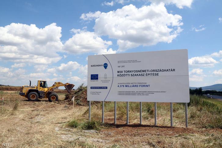 Munkagépek dolgoznak az M30-as autópálya Tornyosnémeti-országhatár közötti szakaszának építésén Tornyosnémeti határában 2016. július 5-én. Ezen a napon elhelyezték a beruházás alapkövét.