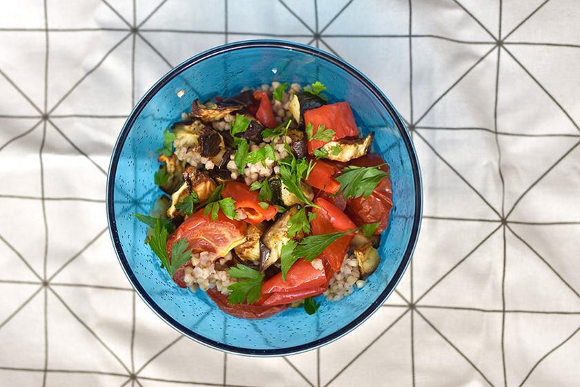 Sült zöldséges saláta hajdinával: a leglaktatóbb húsmentes fogás, ami hidegen is finom