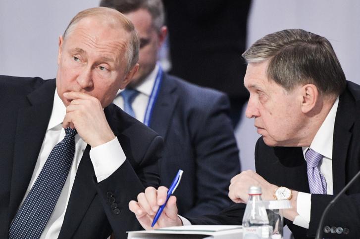 Vlagyimir Putyin orosz elnök és Jurij Usakov külpolitikai tanácsadó a Legfelsőbb Eurázsiai Gazdasági Tanács ülésén Kazahsztánban, 2019. május 29-én
