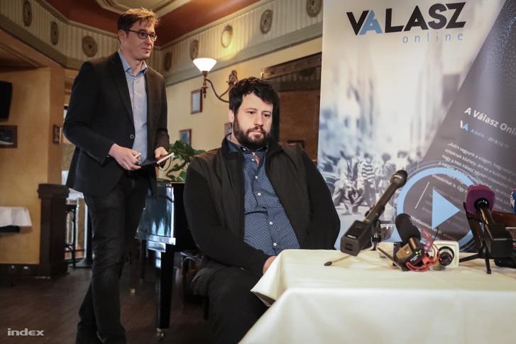 Karácsony Gergely, a Párbeszéd társelnöke, a baloldali pártok főpolgármester-jelöltje (j) és Puzsér Róbert, az LMP által támogatott független főpolgármester-jelölt a Válasz Online által szervezett beszélgetésen a budapesti Centrál kávéházban 2019. március 13-án.