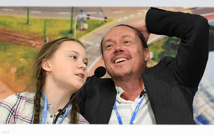 Greta Thunberg és apja egy sajtótájékoztatón