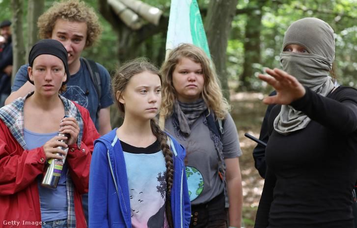 Greta Thunberg helyi aktivistákkal a kivágásra ítélt Hambach-erdőben Németországban