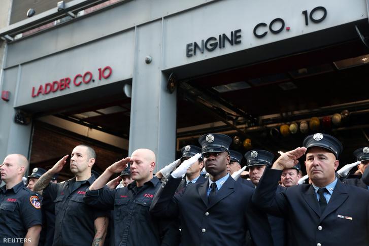 Manhattani tűzoltók közel a World Trade Centerhez közeli tűzoltóállomás előtt emlékeznek a 2001-es terrortámadás áldozataira