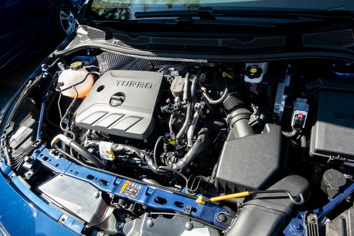 Ha normális váltó lenne mellé, az 1,4-es benzines lenne a legjobb motor. Így viszont összevesznek ők ketten, a CVT-vel