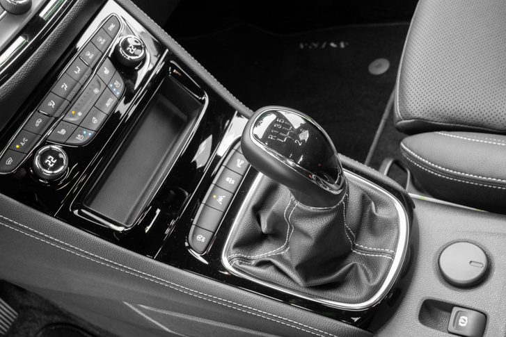Még kézi váltóval a legjobb, mert a kilencfokozatú automata és a hétfokozatú CVT egyformán túl alacsonyan tartja a fordulatot, ami jó ugyan az emissziónak, de rossz a kényelemnek és a motor tartósságának
