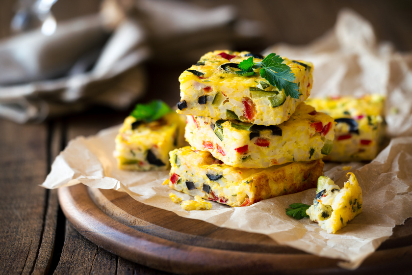 Egészséges reggeli, ami sokáig eltelít: zöldséges, rizses tojáslepény