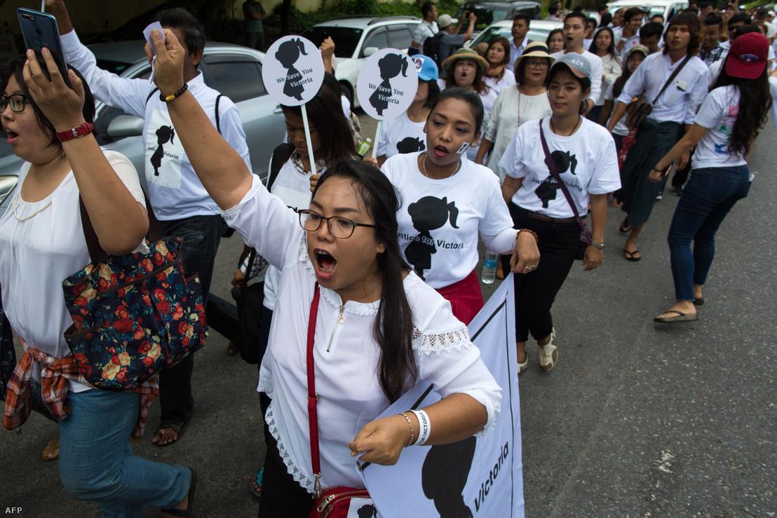 Tüntetők Yangonban 2019. július 6-án.