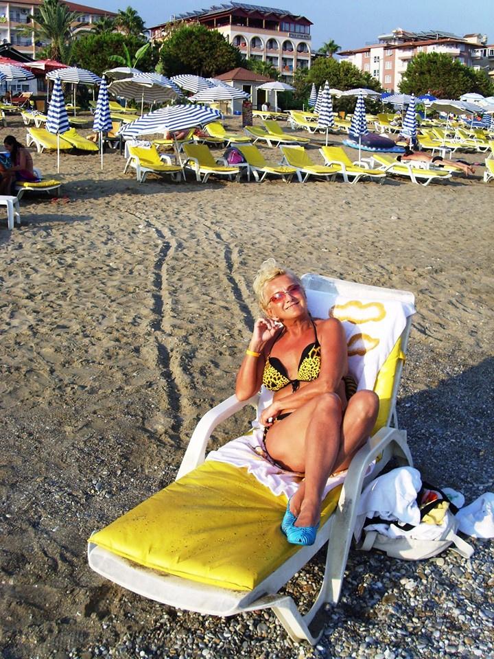 Karda Bea bőven letagadhat korából. Az énekesnő csak úgy ragyogott a tengerparton készült bikinis fotóján.