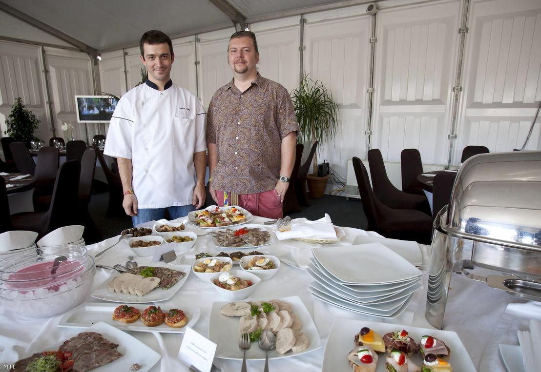 Gerendai Károly (j) és Miguel Rocha Vieira, a Costes étterem séfje áll a nagyszínpad mögötti backstage-ben kialakított vendéglőben, a 18. Sziget Fesztivál második napján 2010-ben