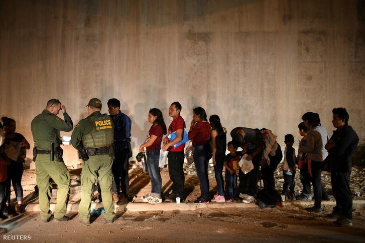 Menekültek menedékjogot kérnek az amerikai határőröktől, miután illegálisan átlépték a határt a Rio Grandenál 2019. augusztus 23-án