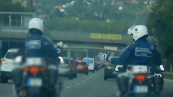 Fegyelmit indítottak a menet közben kő-papír-ollózó rendőrök ellen