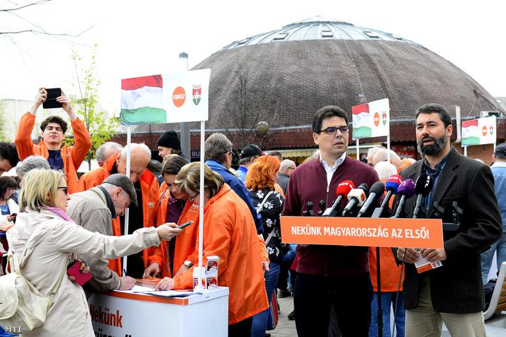 Hidvéghi Balázs (j) beszél, mellette Zsigmond Barna Pál a Fidesz országos aláírásgyűjtő akciójának kezdetén tartott sajtótájékoztatón az újpesti piac előtt felállított aláírásgyűjtő standoknál 2019. április 6-án