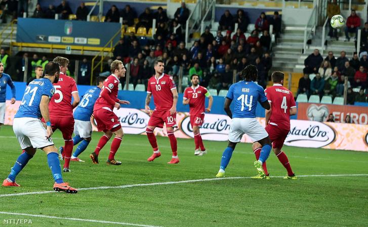 Az olasz Stefano Sensi (b3, 15) megszerzi a nyitógólt a labdarúgó-Európa-bajnoki selejtező J csoportjában játszott Olaszország - Liechtenstein mérkőzésen Parmában 2019. március 26-án.