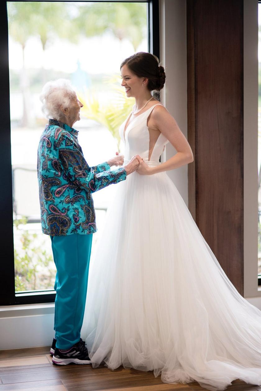 A menyasszony rengeteget gondolkodott, hogyan is válthatná valóra nagyija vágyát, és végül úgy döntött, az esküvő előtt teljes titokban megszökik kicsit hozzá menyasszonyi ruhájával együtt.