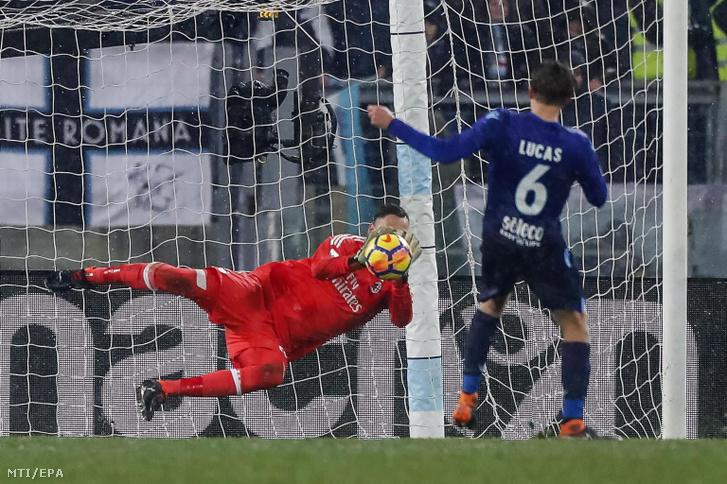 Gianluigi Donnarumma az AC Milan kapusa Lucas Leivának, a Lazio játékosának büntetőjét védi a labdarúgó Olasz Kupa elődöntőjének visszavágó mérkőzésén Rómában 2018. február 28-án.