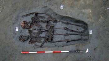 Az egymás kezét fogó modenai csontvázak mindkét tagja férfi