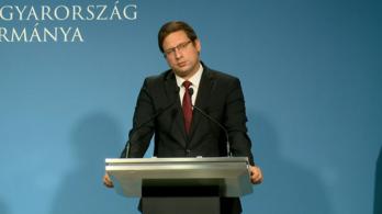 Kegyetlen kérdéseket kapott a miniszter a kormányinfón