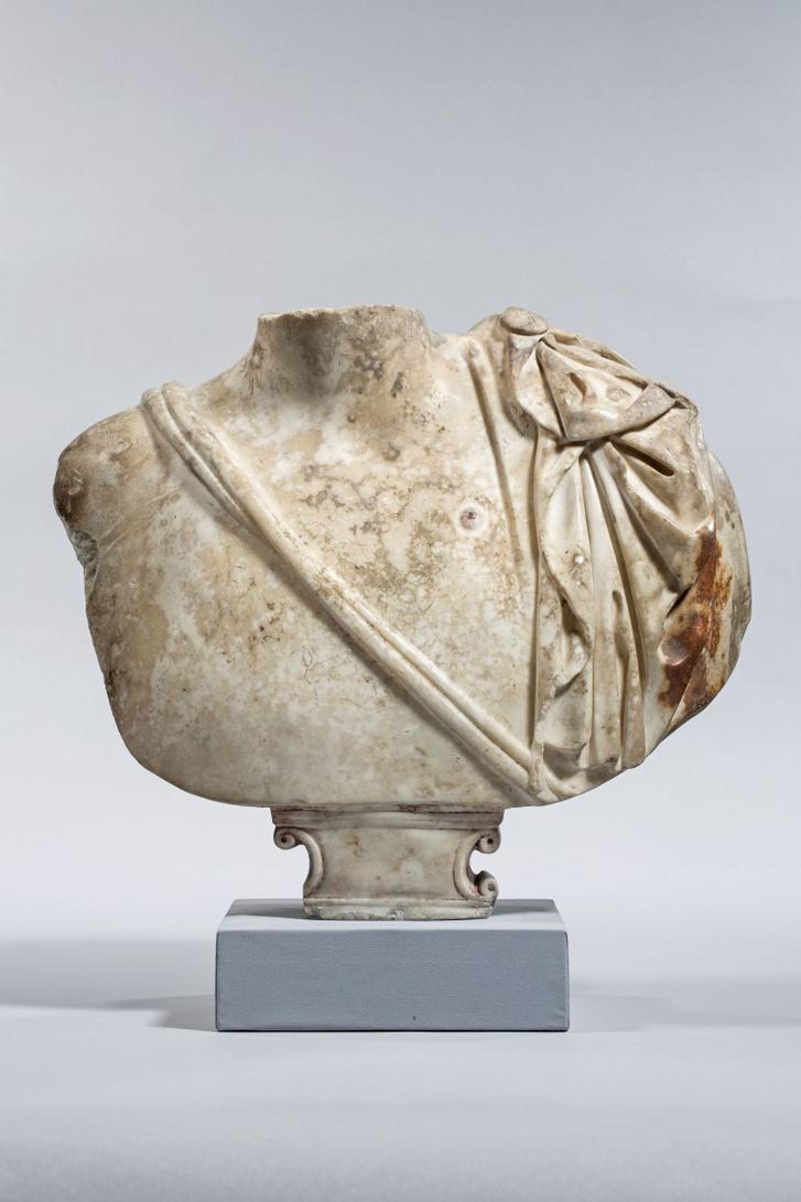 Hadrianus császárt ábrázoló portrétöredék a Szépművészeti Múzeumban, aminek témáját 2019-ben sikerült azonosítani. A szobor 1908-ban került a budapesti gyűjteménybe.