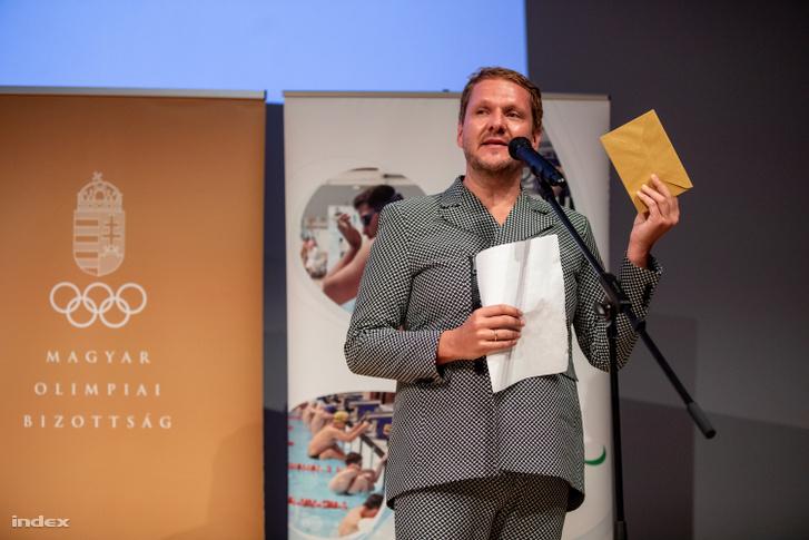 Lakatos Márk stylist tartja a kezében a győztes nevét tartalmazó borítékot.