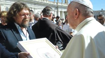 Magyar műalkotást kapott ajándékba a pápa