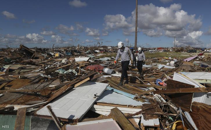 Holttestek után kutatnak lakóházak romjai között egy floridai mentőegység tagjai a Bahamák Great Abaco-szigetének Marsh Harbour településén 2019. szeptember 9-én, egy héttel a Dorian hurrikán elvonulása után.
