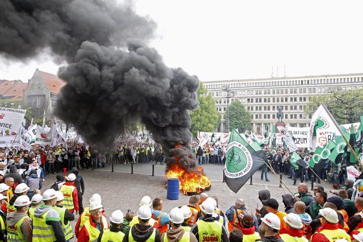 Az ágazat megmentési tervének kidolgozását követelik a kormánytól lengyel szénbányászok Katowicében 2014. április 29-én. A tüntetők szerint az iparág helyzete drámai sok bányát a bezárás fenyeget Sziléziában.