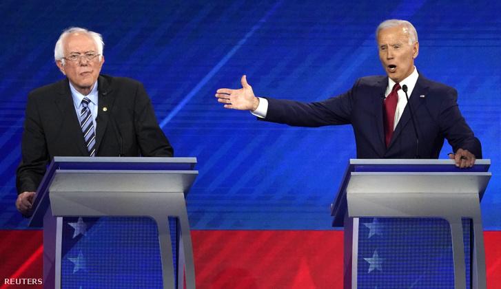 Bernie Sanders (bal oldalt) és Joe Biden az elnökjelölti vitán csütörtök este Houstonban