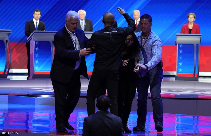 Tiltakozók futottak be a színpadra a vita közben