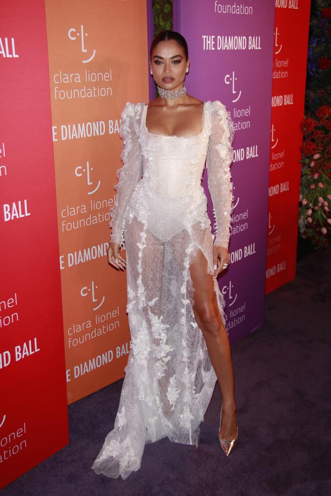 Shanina Shaik fehér fodros estélyije is meglehetősen hasonló a Harper's Bazaaron látottakhoz
