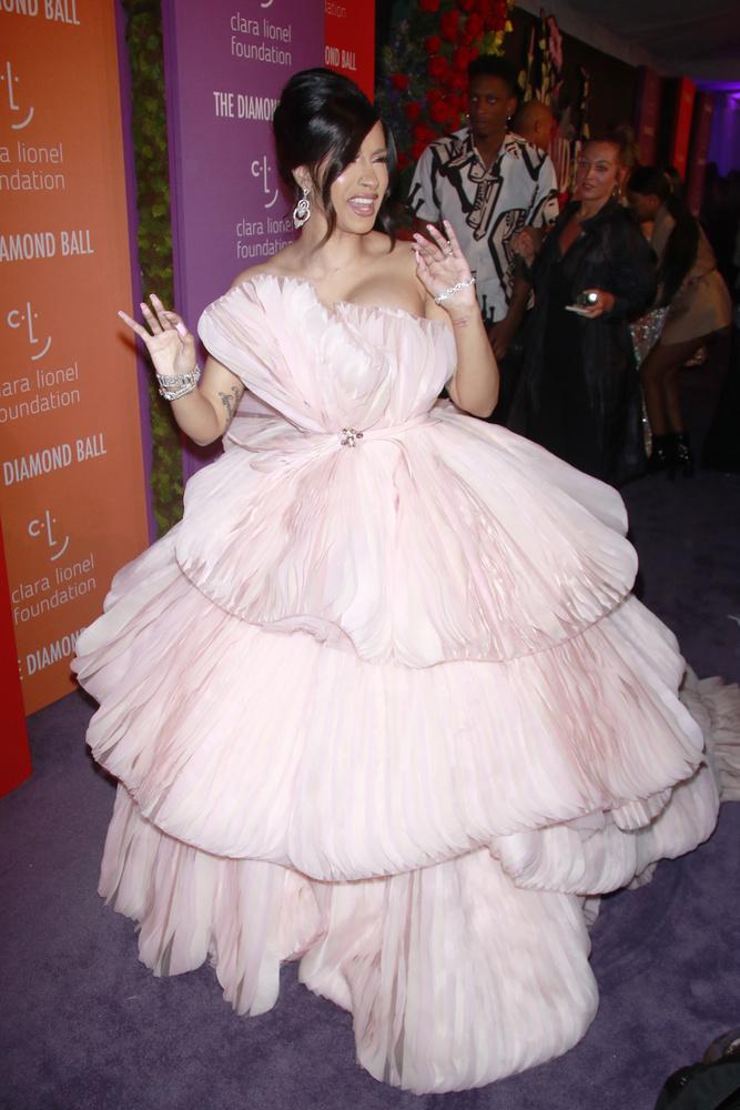 És íme Cardi B, aki egész biztosan elnyerte volna az est legfeltűnőbb, legfodrosabb ruhája díját, ha lett volna ilyen