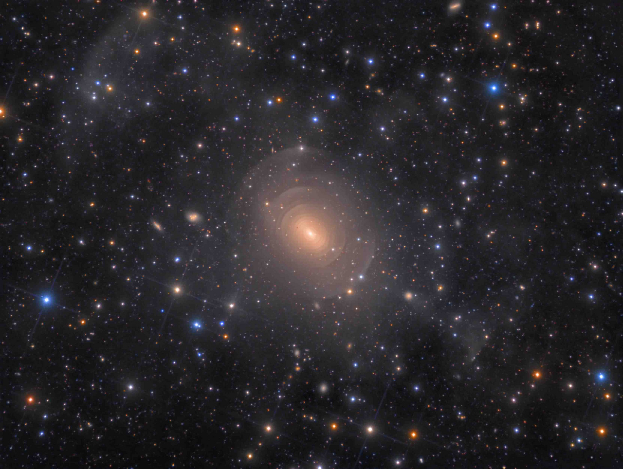 """A """"Galaxisok"""" kategória első díjazottja: """"Az NGC 3923 elliptikus galaxis héjai a Hydra csillagképben"""". A kép technikai adatai: 12.5 inches házi építésű Serrurier Truss Newton távcső (f/4), Losmandy G-11 mechanika, QSI 683wsg-8 kamera, 41 óra 38 perc összeexpozíció."""