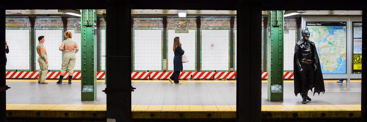 A New Yorkban élő Natan Dvir Platforms című fotósorozatában triptichononkra emlékeztető osztott fényképekkel vezet le minket a nagyváros metróhálózatába. (Union Square - 14. utca, 11 óra 12 perc)