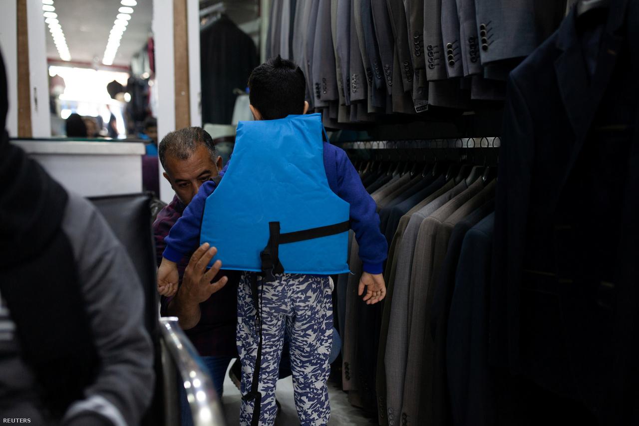 Végül mégis összecsomagoltak és mentőmellényeket vettek. Hanin apja, Zuher egy mentőmellényt próbál a 8 éves Osamára. Egyszerűnek tűnő, de kockázatos ügyletbe vágtak ezzel az úttal: a saját biztonságuk mellett a letartóztatás lehetőségét is kockáztatták.