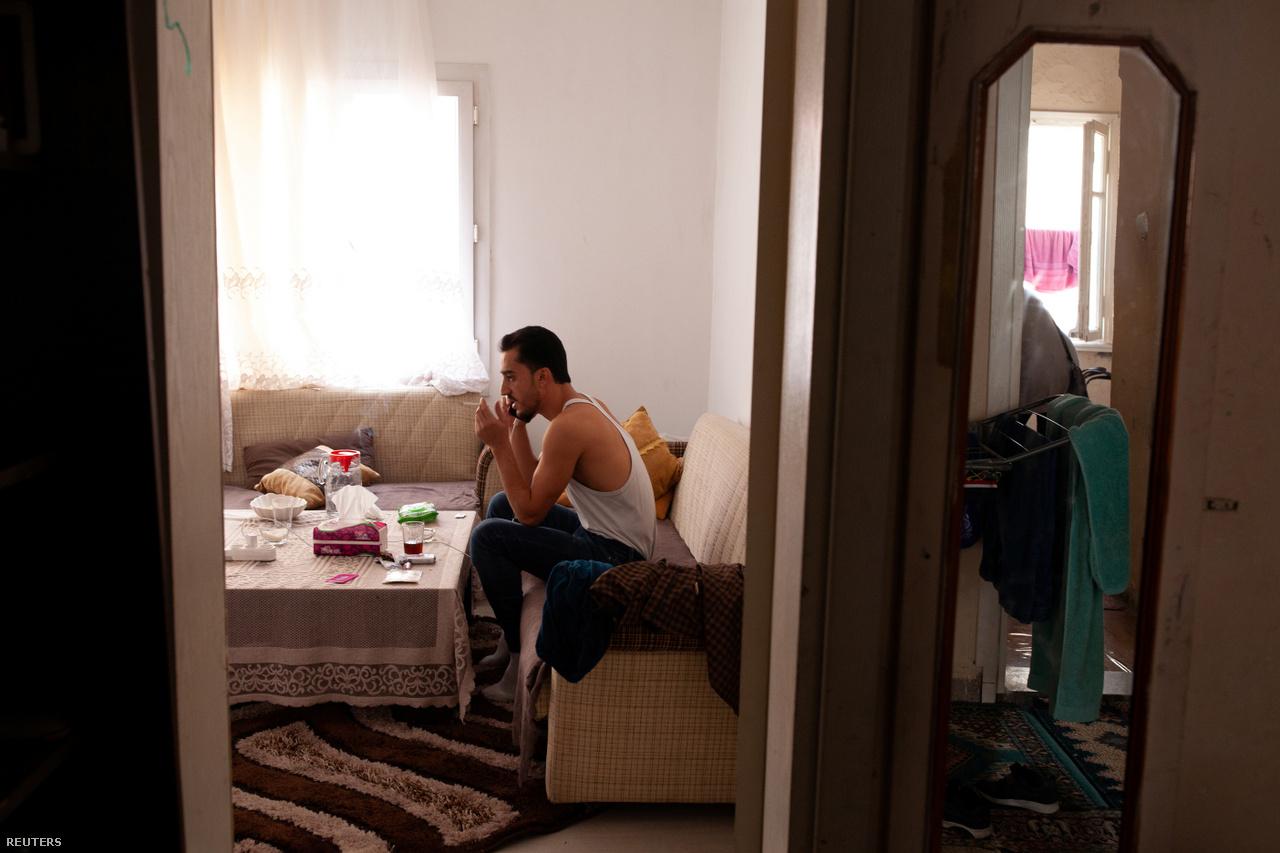 Ahmed egy barátjával beszélget telefonon 2018. szeptember 28-án. Azon gondolkoznak, hogy szerezhetnék vissza a pénzüket a nyomtalanul eltűnt csempésztől. Az eset után kezdhették előről, újra keményen kellett dolgozniuk, hogy előteremtsék az utazáshoz szükséges pénzt.                         Miután ez sikerült, Ahmed talált egy másik csempészt, és újabb útra fizetett be.