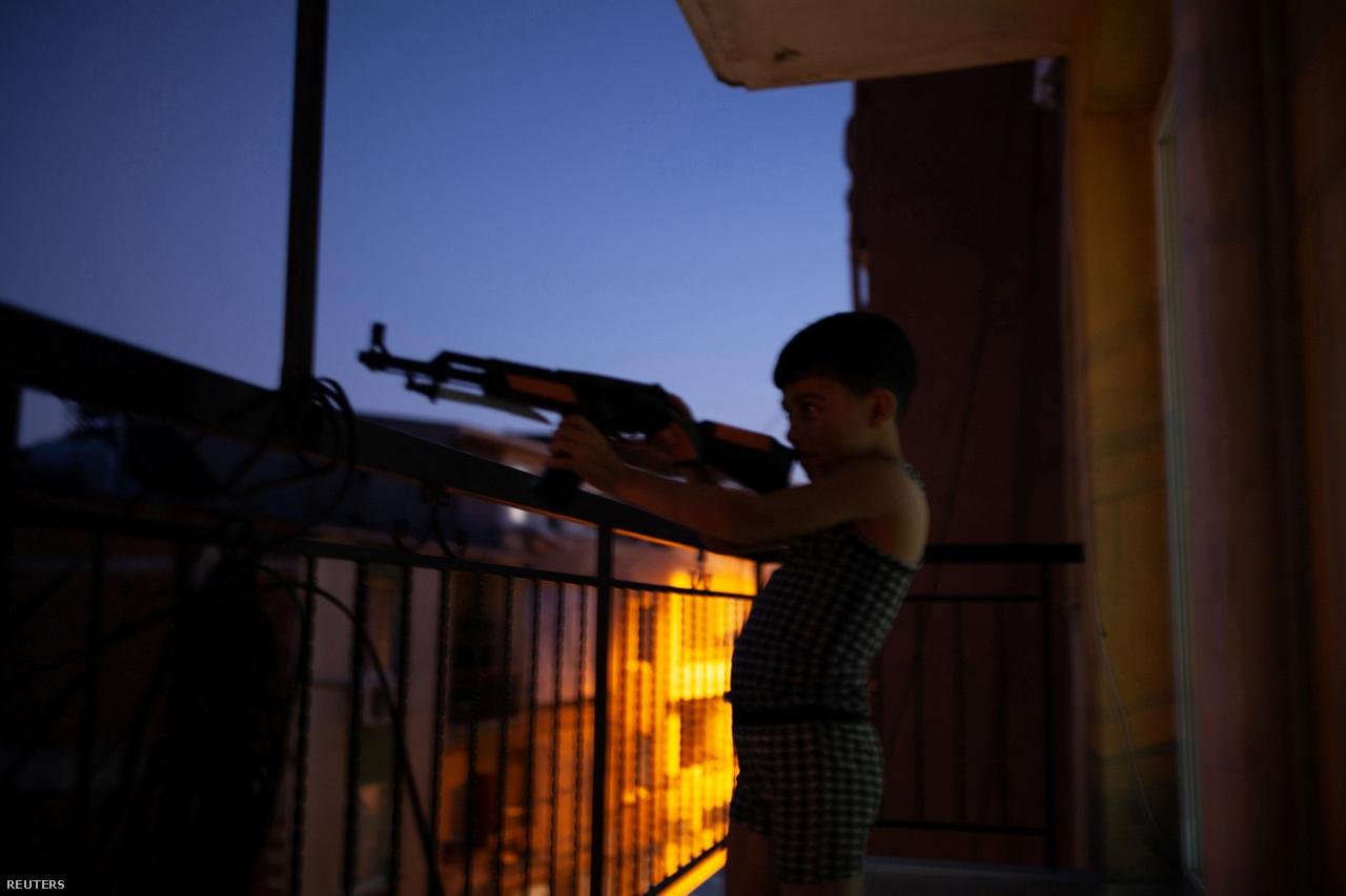 Hanin öccse egy játékfegyverrel játszik 2017. augusztus 31-én. Ez az első estéjük az új lakásban, miután átköltöztek Kilisből İzmirbe.