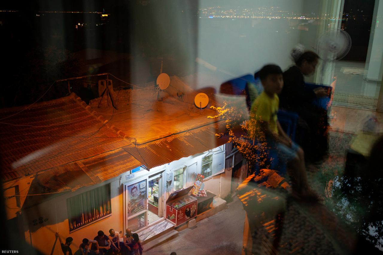 """Nap mint nap hallottak és olvastak történeteket a viharos időjárás okozta balesetekről, és arról, hogy hogyan nyelt el a tenger komplett családokat, akiknek mentőmellényre már nem futotta. """"Talán ezek azok a jelek, amik miatt nem kéne mennünk"""" – mondta néha Ahmed  a 2018-as utazási kísérletük előkészítése során."""